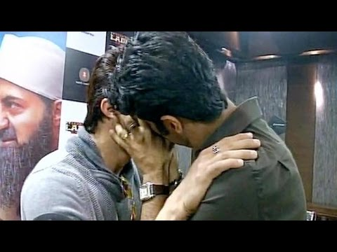 OMG! Bollywood Male Actors Kissed Each Other Publicly