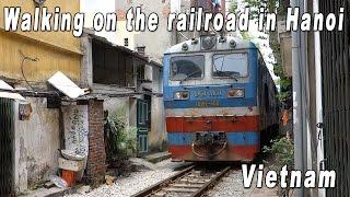 Walking on The Railroad In Hanoi, Vietnam (ハノイ、線路沿いをぶらぶら歩く)