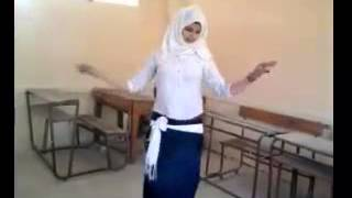 رقص طالبة في المدرسة