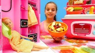 #Kızoyuncakları. Barbie uyanamıyor. Gerçek yemek yapma oyunu. Meyve salatası yapımı 🍓