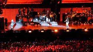 Eminem feat. Rihanna - Love The Way You Lie (Live at Metlife Stadium)