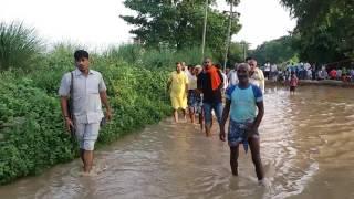 सुशील सिंह विधायक सकलडीहा चंदौली बाढ़ क्षेत्र का दौरा करते हुए