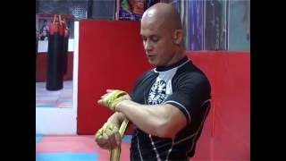 آموزش بسته کردن بنداج توسط قهرمان مبارزه آزاد افغانستان - mubariz teache here / MMA