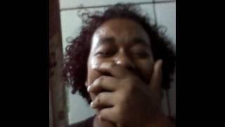 Mulher cantando opera com voz de homem