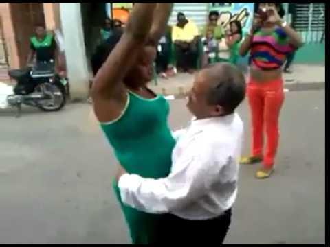 Anciano se coge a jovensita mientras bailan
