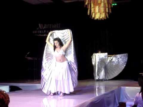Sheyla y Marcela Danza arabe con alas de isis