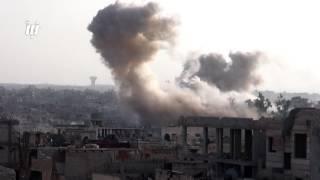 مشاهد للقصف العنيف الذي يستهدف أحياء مدينة درعا بالطائرات الحربية والمروحية .