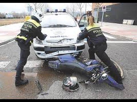 Moto a la fuga choca con coche de policía IMPRESIONANTE