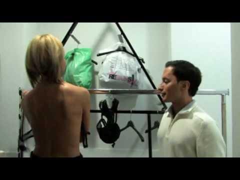Umberto Del Prete spoglia una ragazza in camerino.