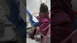 Rana duke pastruar dhëmbët e lepuroshit te Klinika Dentare Dent-In 😘