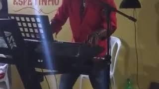 Tecladista engraçado cantando o Samara