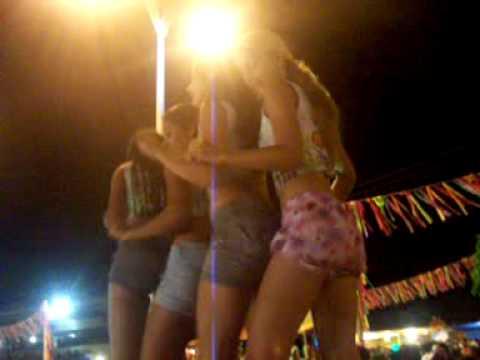 Gatinhas dançando durante o carnaval de Crateús.