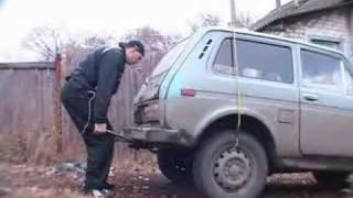 Девушка поднимает машину фото