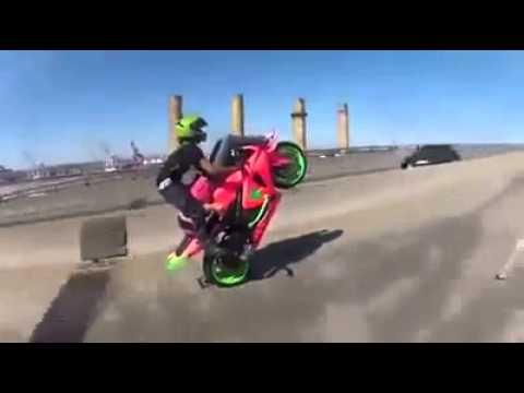 Caballito en moto de pista extremo