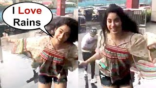 Jhanvi Kapoor Dancing In Rain At Infinity Mall - Dhadak Promotion