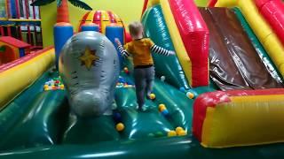 Макс в детской игровой комнате Entertainment for children kids play