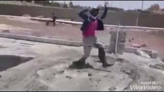 شاب في العمل يرقص على اغنية يا مريومة