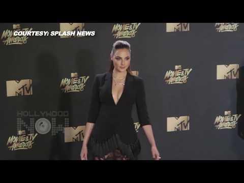 Gal Gadot Flaunts Major CLEAVAGE & Legs At MTV Movie & TV Awards 2017 | Wonder Woman