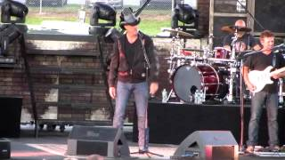 Trace Adkins talking to the audience at the Troy Fair