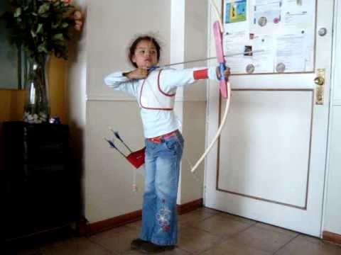 Valentina entrenando con su arco de PVC
