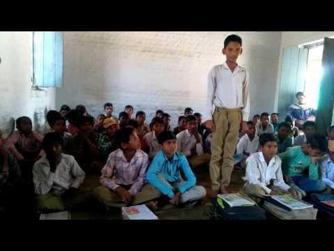 दबोह मिल बांचे म.प्र कार्यक्रम के अंतर्गत मिडिल स्कूल में बच्चा भक्ति गीत सुनाता हुआ..