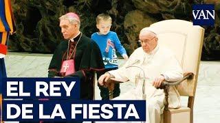 Un niño argentino con autismo juega con el Papa Francisco