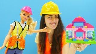 Barbie ve Sevcan ev yapıyorlar. İnşaatçı oyuncağını açalım