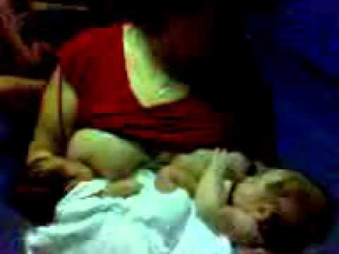 MOV00006.3gp mama dando de pecho a su hija y a su nieta