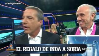 Inda le regala a Cristóbal Soria un cuadro con la Champions... ¡Y se lo rechaza!