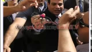 فيديو حرس «السيسي» يلكم ويضرب المذيع الشهيربعلى بيجامه ــــ مذيع قناه دريم2 في وجهه