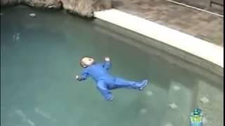 Bebe se cae a la piscina y sorprende con lo que hace