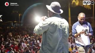 Godwin Gondwe alivyompandisha Fid Q kwenye stage ya Dawati concert
