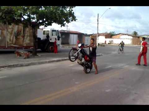 empinando com moto