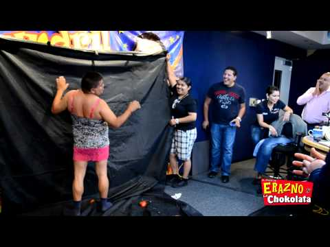 Erazno y la Chokolata con Mandril pagando apuesta La America vs Cruz Azul