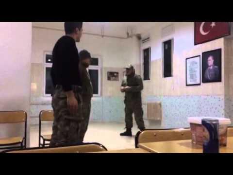 asker, komutan taklidi yapınca :)