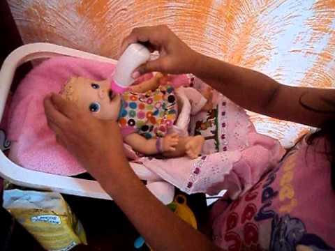 Amanda dando papinha para baby alive