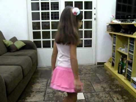 Giovanna dançando Michel Teló Barquinho