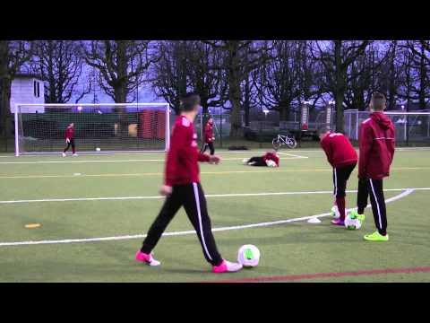 Technik Torabschluss mit dem Innenseitstoss Stürmertraining U14 U15 FC Basel