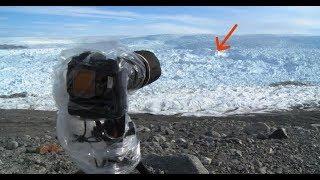 رجل يوجه كاميرته الى الثلج ويلتقط شيئ غريب على شريط