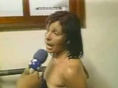 Mulher fica tomada tira a roupa na rua e dá um show na delegacia