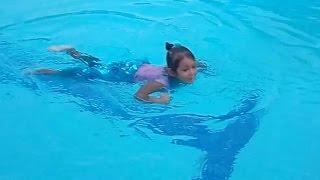 Elif eski deniz kızı kostümü ile yüzmeye karar verdi.Engeleyebildik mi ??? Eğlenceli çocuk videosu