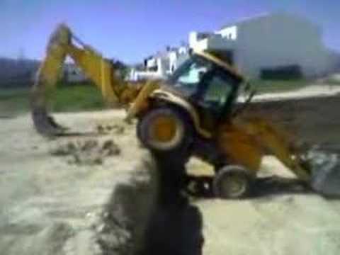 Ventura sacando la máquina de un socabón