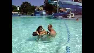 garoto afoga menina na piscina