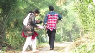 দেখুন স্কুল থেকে বাড়ি ফেরার পথে ছেলে মেয়েরা কি করে.Dhakhu school thaka bari ferar potha sala maya .