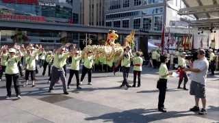 Cvičení a tanec draka na Den vědomí v Torontu