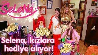 Selena kızlara hediye alıyor!