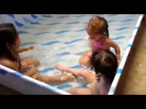 Primas brincando na piscina