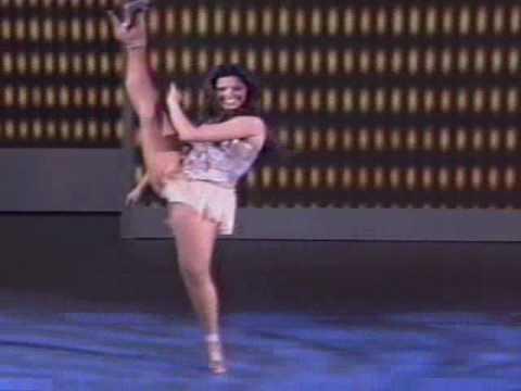 Ana Flávia Simões dançando ao som da Banda Domingão 18.07.2010.wmv