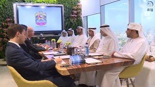"""عبدالله بن زايد يلتقي الرئيس التنفيذي لمنتدى """"دافوس""""."""