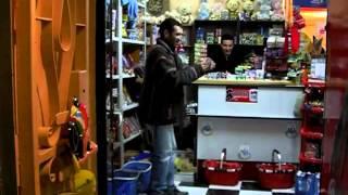Un homme dance du chaabi dans une épicerie au Maroc